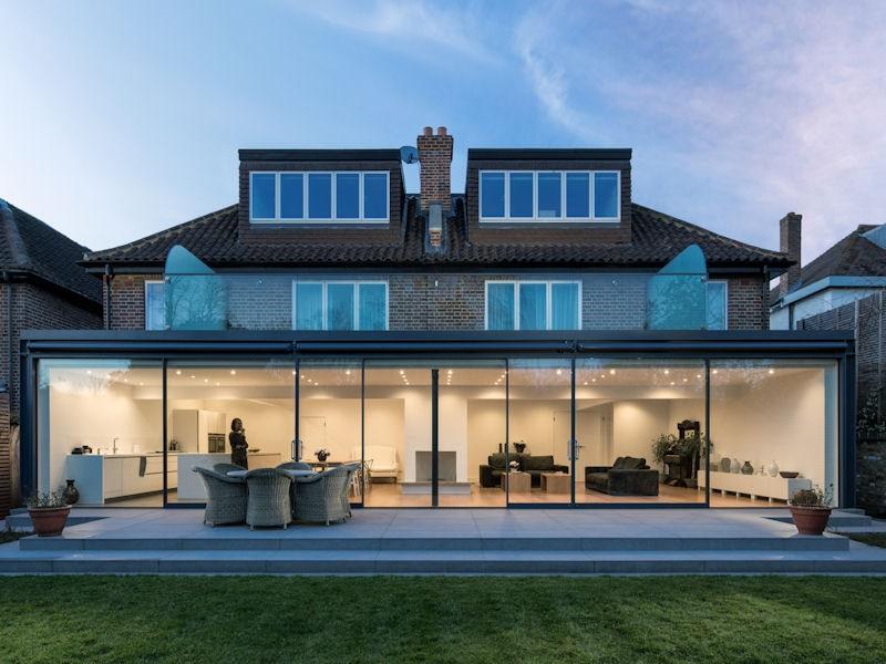 Thiết kế nhà khung thép mái tôn với cửa kính trong suốt