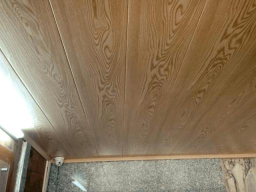 Trần nhà làm bằng tôn vân gỗ
