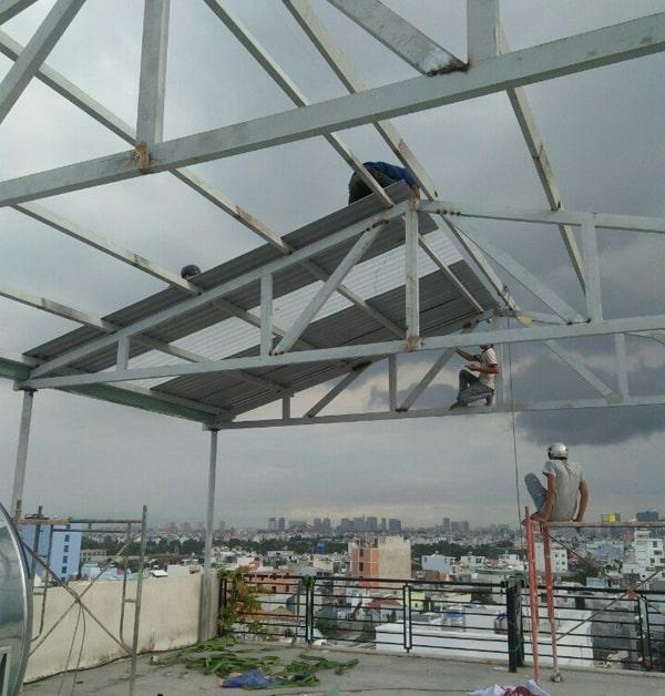 Thường xuyên kiểm tra tiến độ và chất lượng thi công làm mái tôn sân thượng