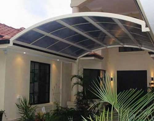 Sử dụng mái tôn vòm ở giữa khoảng trống ngôi nhà tăng thêm không gian sinh hoạt