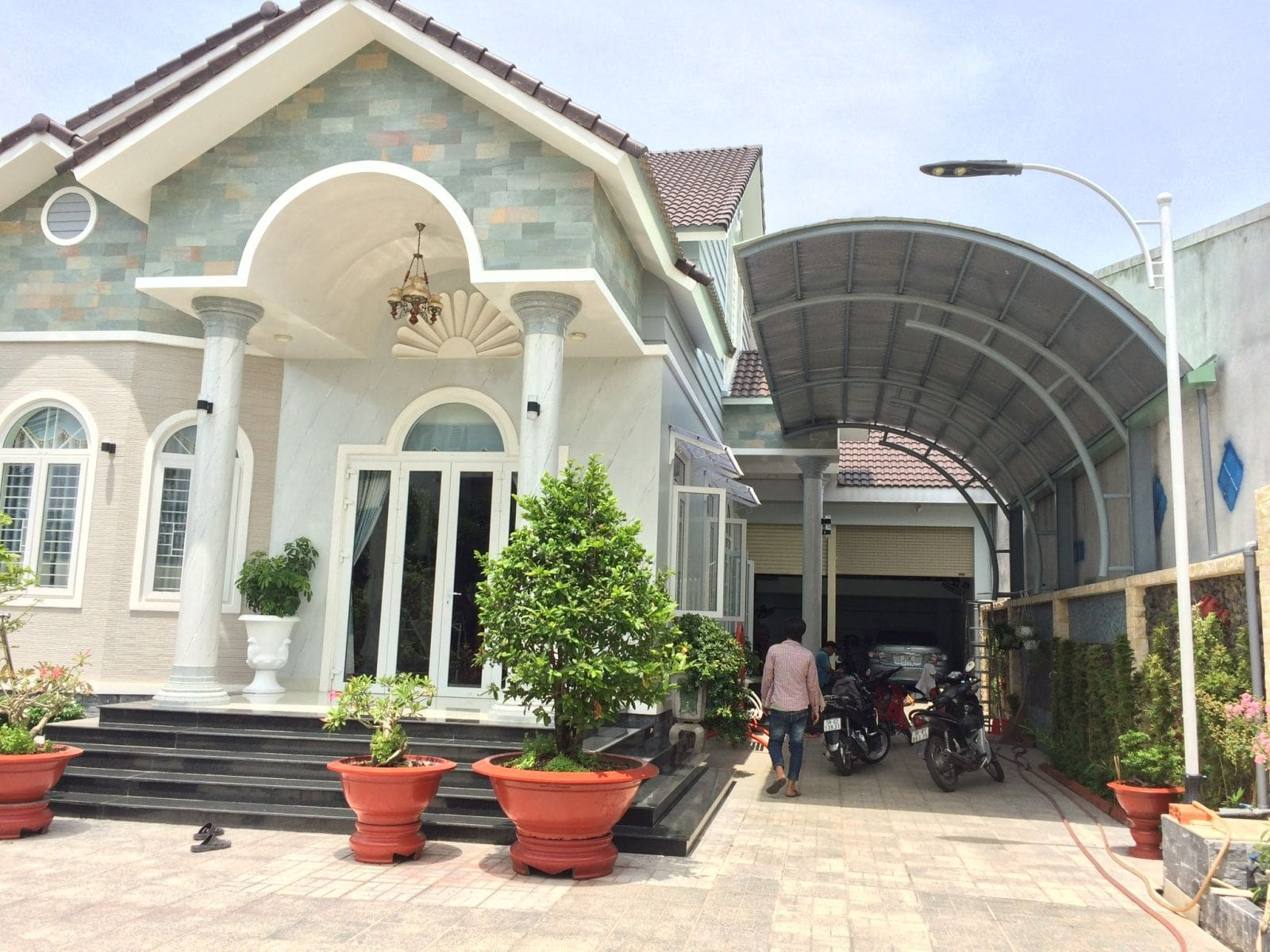 Thiết kế mái tôn vòm làm nơi để xe cho cả gia đình