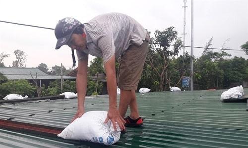Sử dụng bao cát - cách chống bão cho nhà mái tôn từ xa xưa