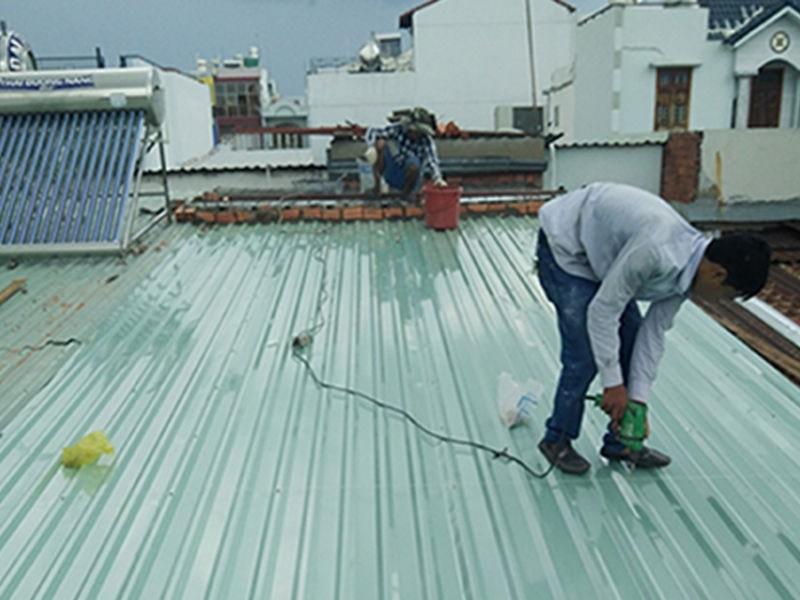 Tăng số vít khi lợp mái - cách chống bão cho mái tôn được sử dụng nhiều