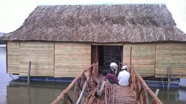 nhà lá trên sông