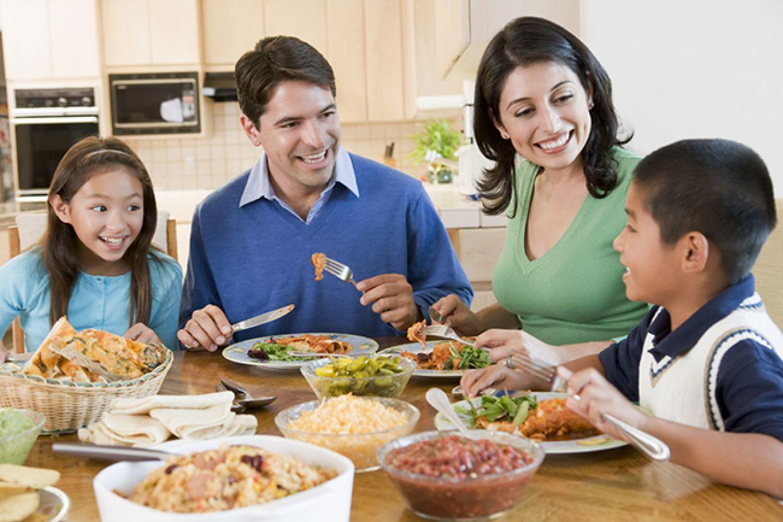 ăn cơm cùng gia đình